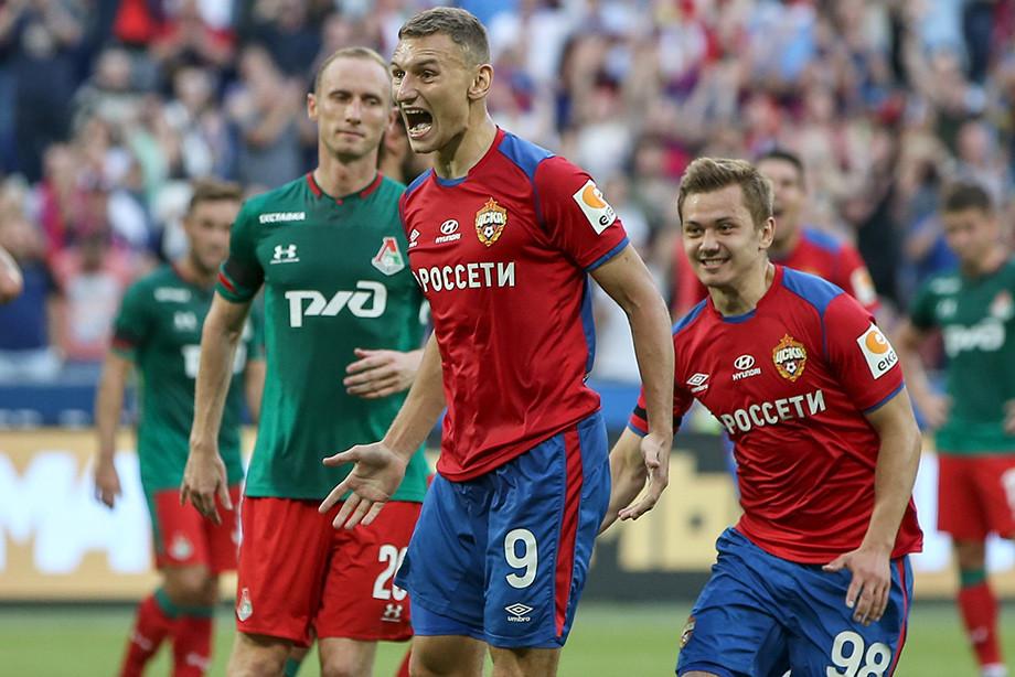 Фёдор Чалов (в центре)