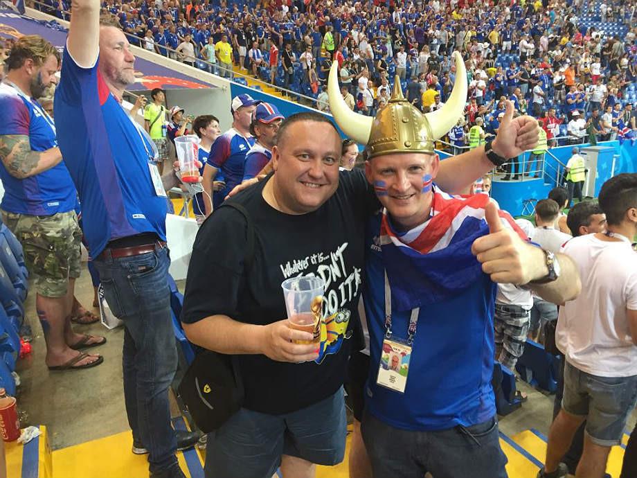Константин Усольцев (слева) и фанат из Исландии