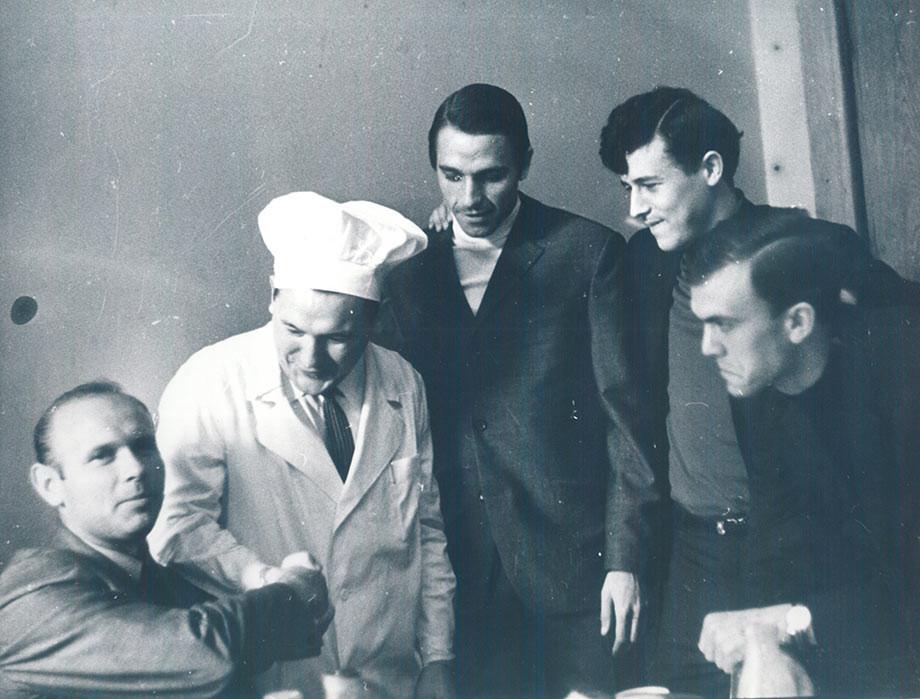 Эдуард Стрельцов, повар «Торпедо», Михаил Гершкович (второй справа)