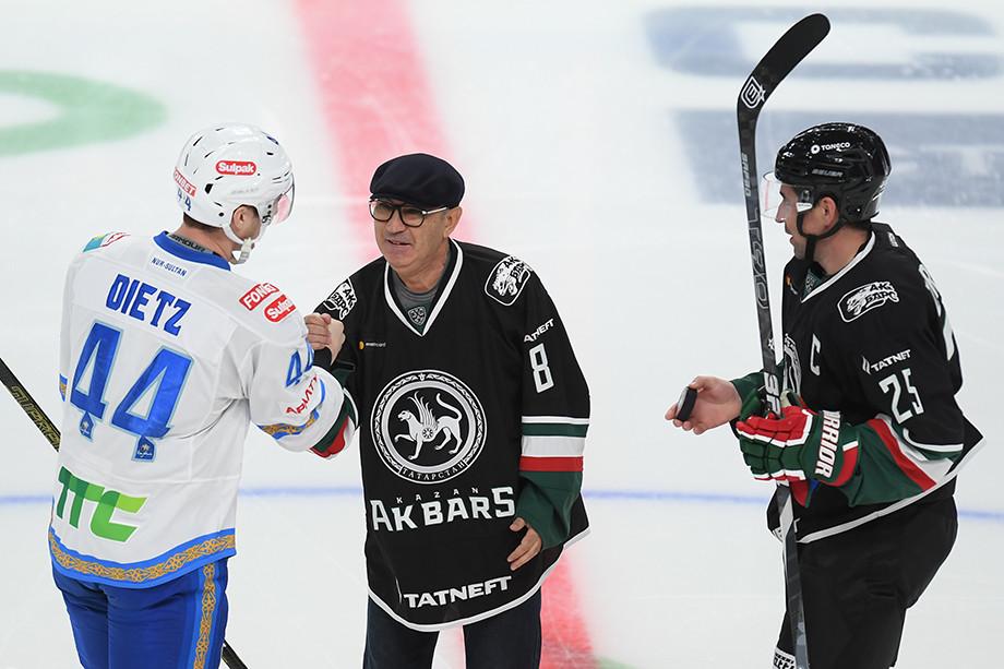 Курбан Бердыев (в центре) на хоккейном матче в Казани