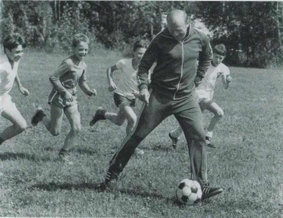 По окончании футбольной карьеры Стрельцов стал детским тренером в школе родного «Торпедо»