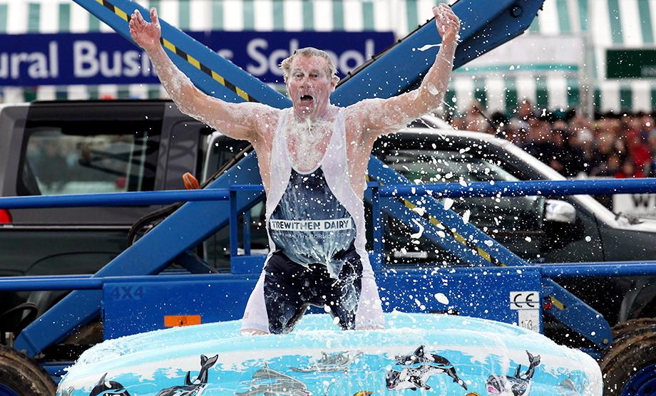 Американский трюкач прыгал в бассейн глубиной 30 см и оставался жив – как он это делал