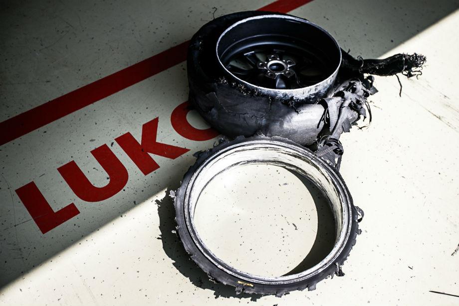 Одно из колес машины Алексея Дудукало через 15 кругов воскресной гонки класса «Туринг»