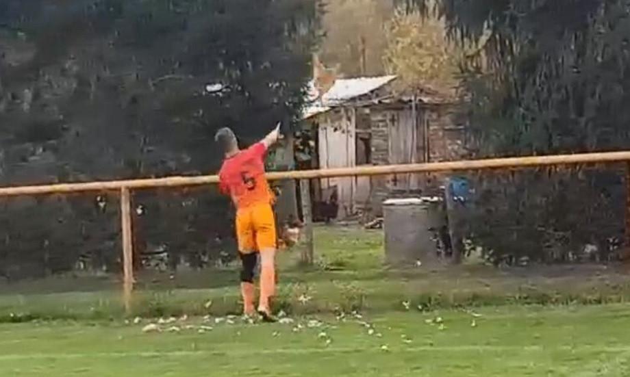 Хорватский футболист пнул курицу и получил красную карточку