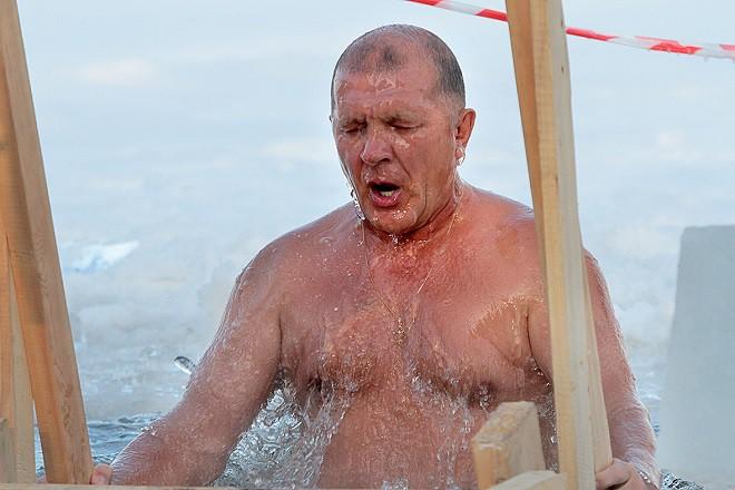 Президент «Урала» Иванов искупался на Крещение в проруби