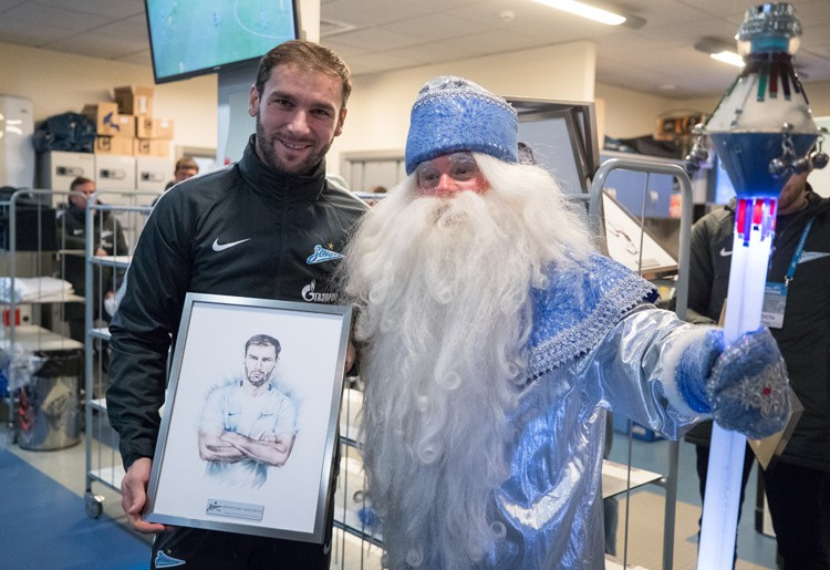Дед Мороз поздравил футболистов «Зенит» и преподнёс им подарки