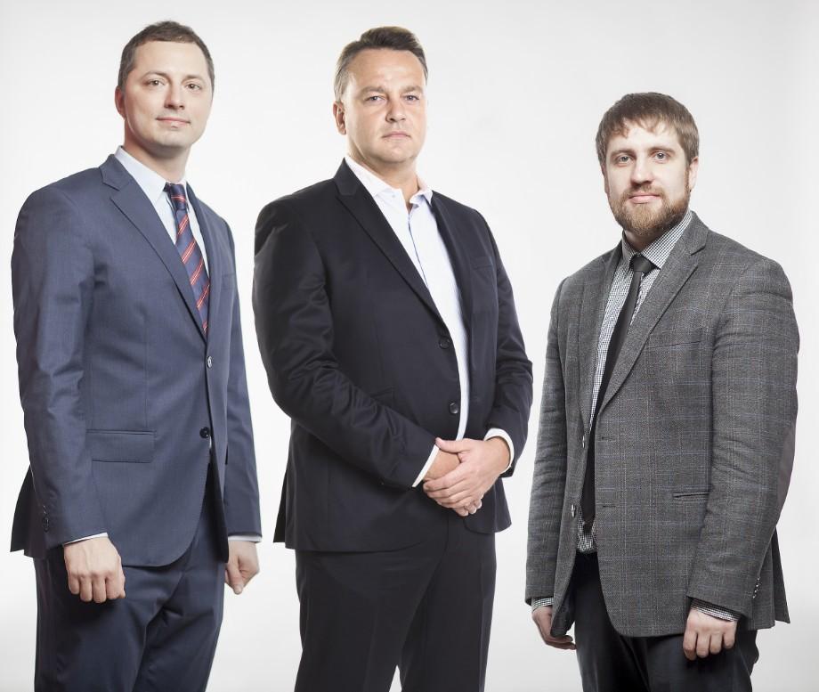 Михаил Прокопец (слева) с коллегами по работе