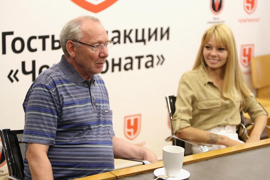 Олег Романцев и его внучка Алина в редакции «Чемпионата»