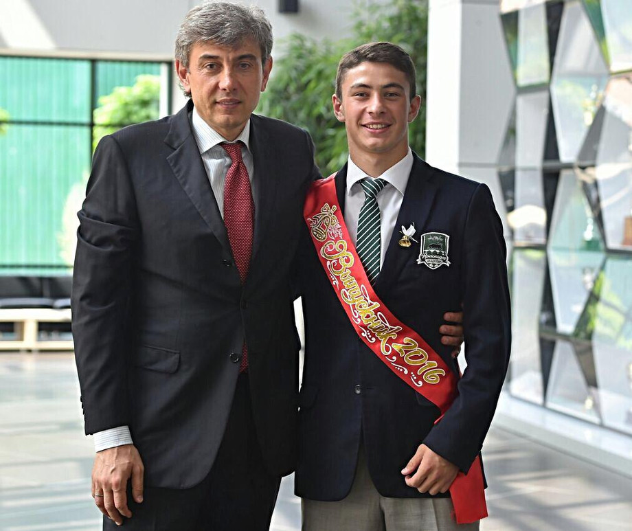 Выпускник Татаев с президентом Галицким