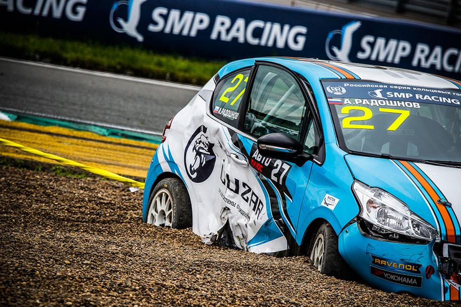 Последствия столкновения двух машин команды Carville Racing в классе «Туринг-лайт»