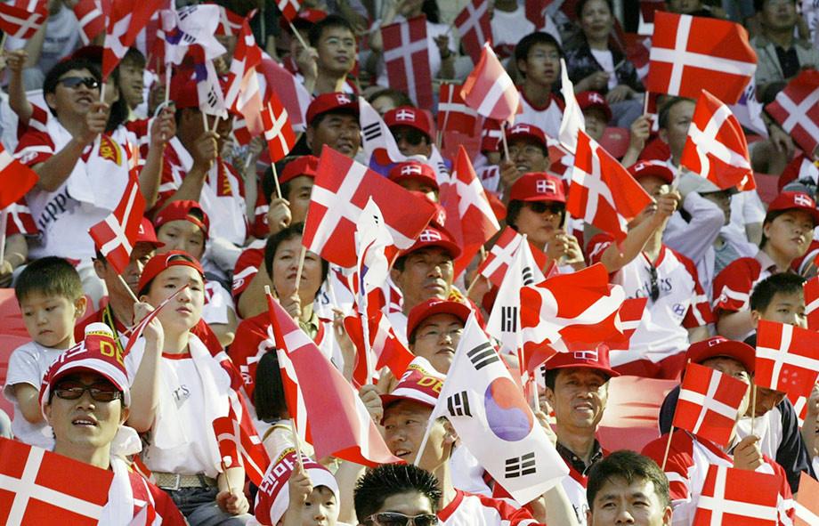 Ничего особенного, просто японские болельщики болеют за Данию.