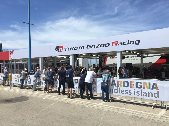 Фанаты WRC всегда с интересом наблюдают за работой команд в сервис-парке