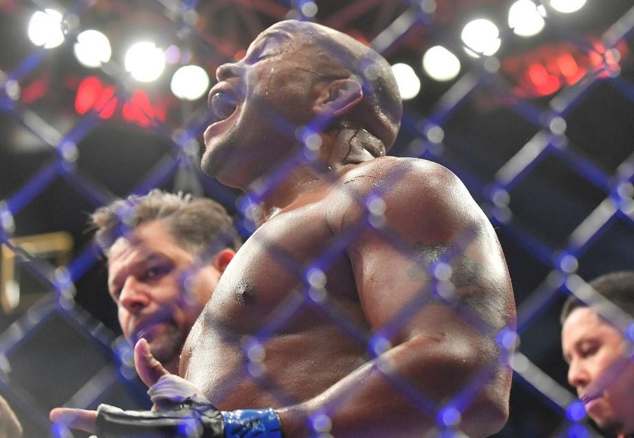 Даниэль Кормье задушил Деррика Льюиса во втором раунде. Как это было