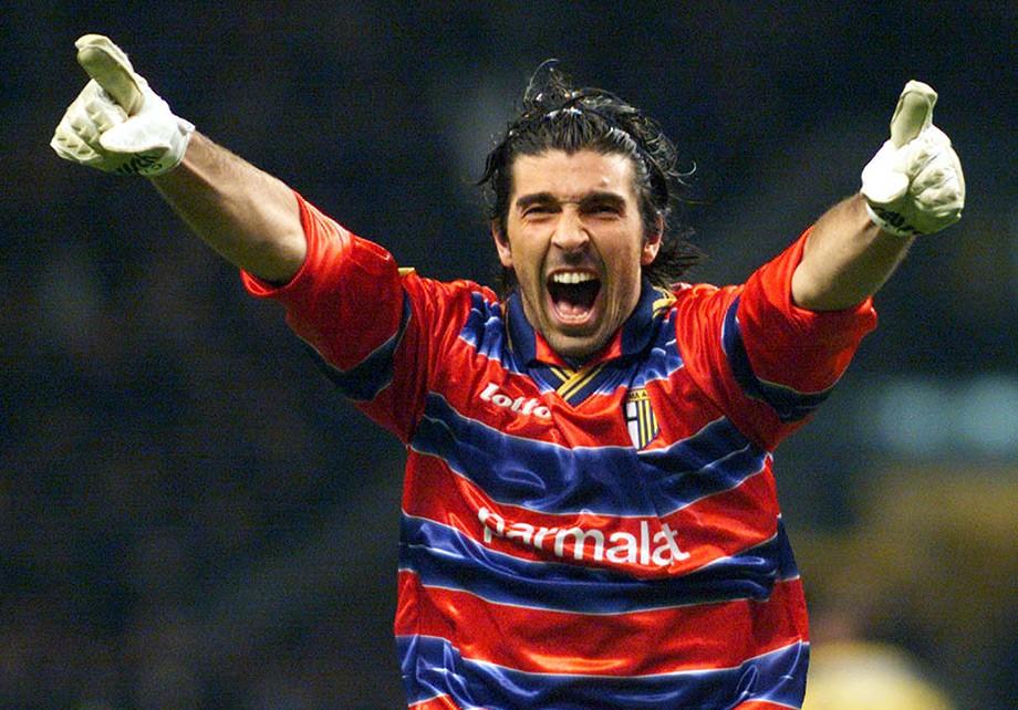 Буффон празднует второй гол в ворота «Марселя» в финале Кубке УЕФА — 1999