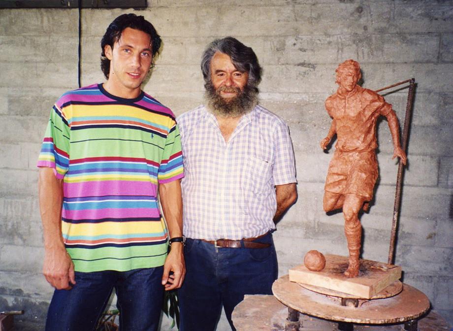 Рядом со скульптором и макетом памятника, который Мостовому собирались поставить в Виго
