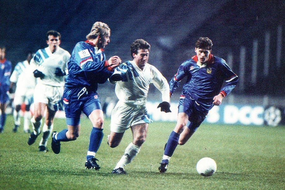Василий Иванов (слева) и Валерий Минько (справа) против Дидье Дешама в матче с «Марселем»