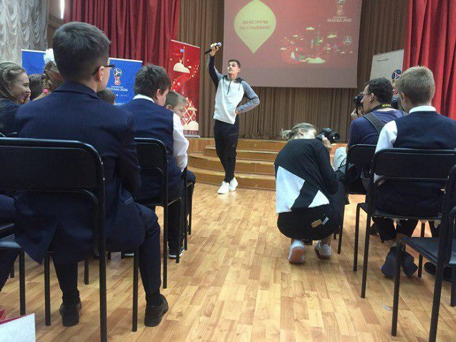 Зобнин провёл футбольный урок для учащихся московской гимназии