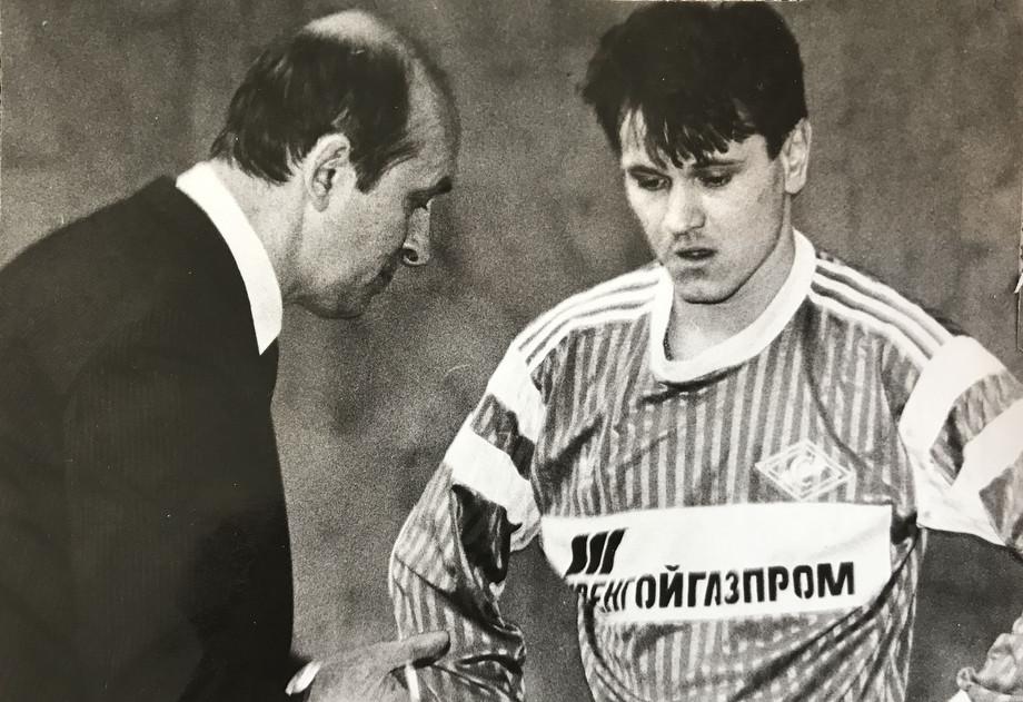 Тренер «Спартака» Виктор Зернов и молодой Дмитрий Аленичев в форме с надписью «Уренгойгазпром»