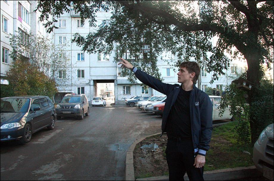 Сёмин во дворе своего старого дома в Красноярке