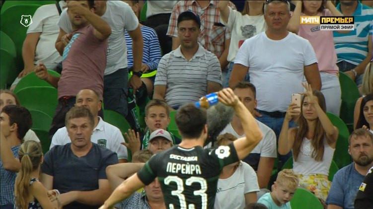 Болельщики «Краснодара» бросали бутылки в штрафную «Спартака» после удаления Ари