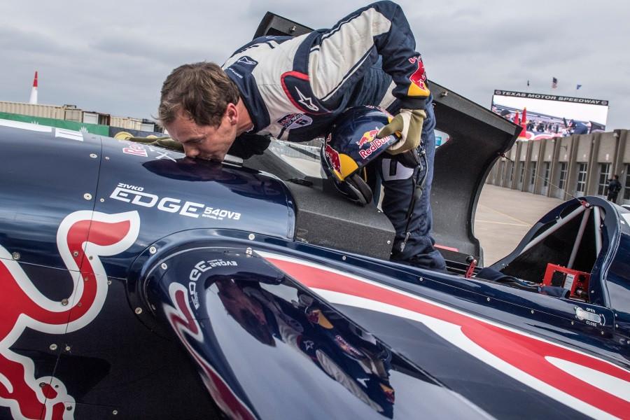 Чех Шонка выиграл чемпионат мира Red Bull Air Race