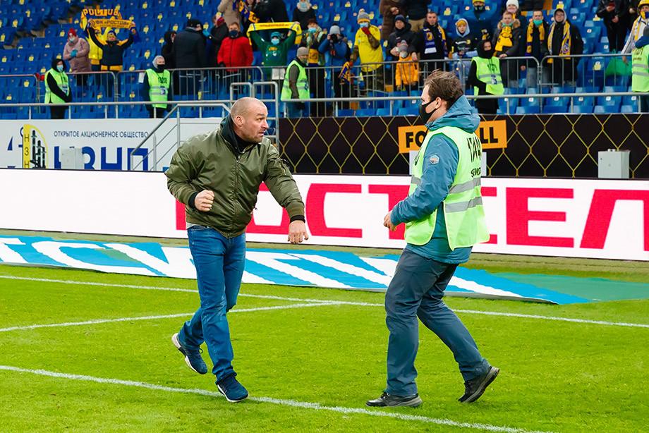 Ради фото с любимой командой болельщик «Ростова» прыгнул с трёх метров. И сломал ногу