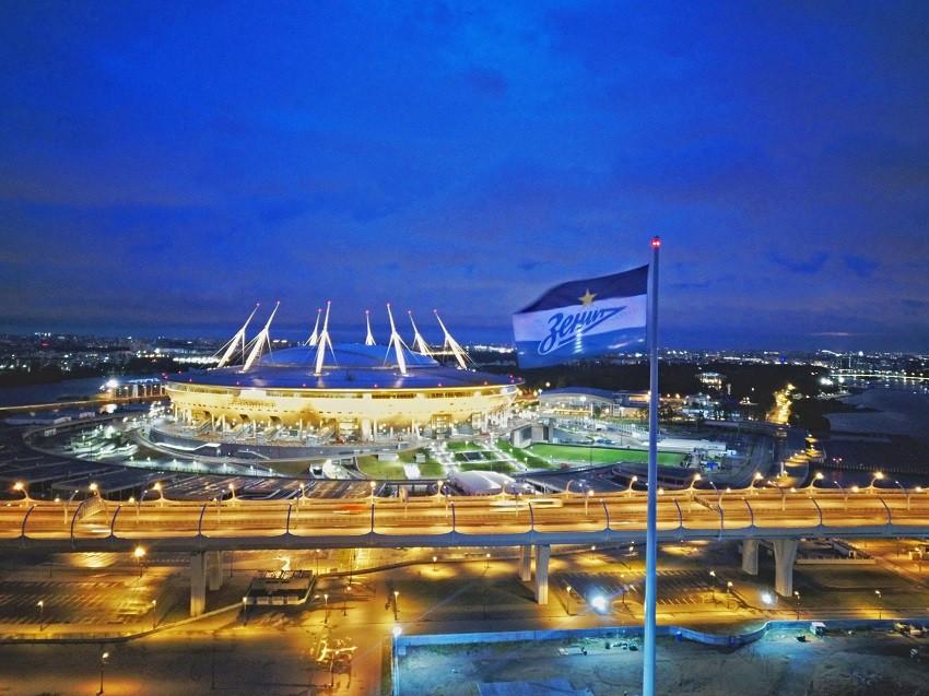 Флаг в сине-бело-голубых цветах «Зенита» поднят на самом высоком флагштоке Европы!
