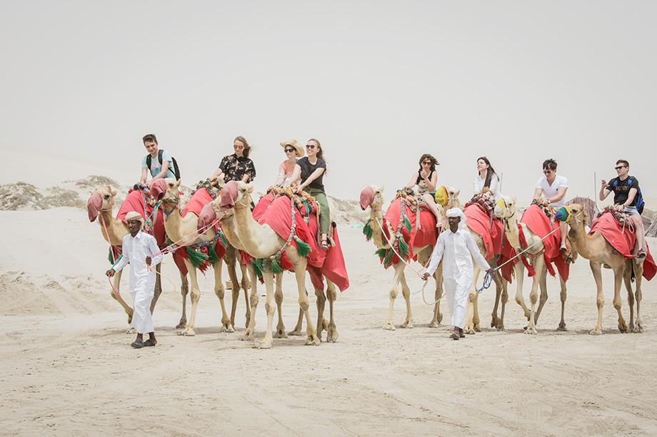 Катание на верблюдах в пустыне Khor Al Adaid