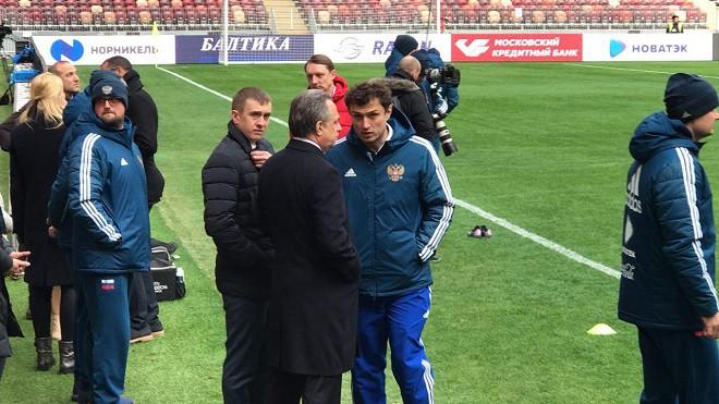 Все футболисты сборной России начали тренировку в общей группе