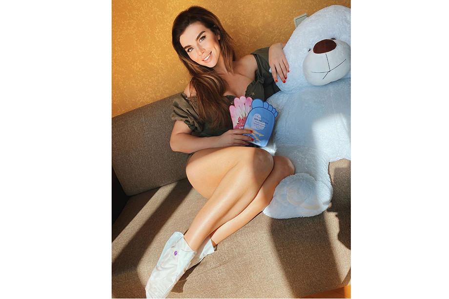 Анна Седокова с плюшевым медведем