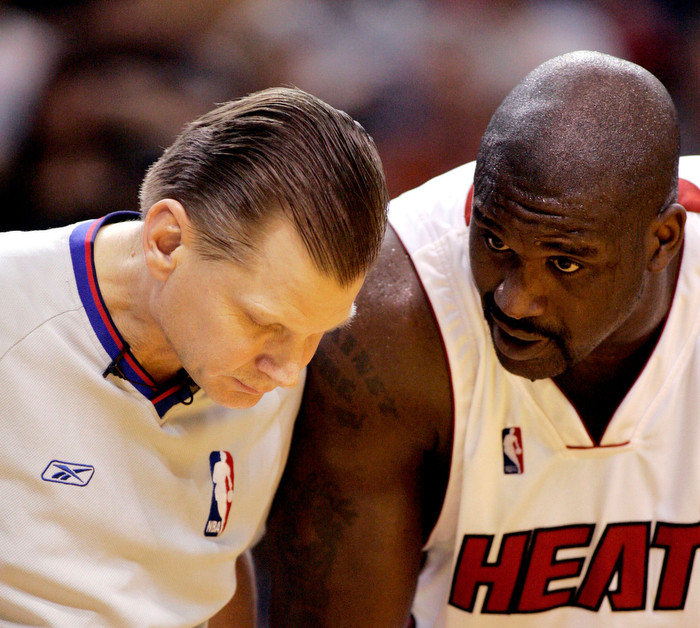 Шакил О'Нил обсуждает нюансы правил игры в баскетбол с рефери Стивом Джеви