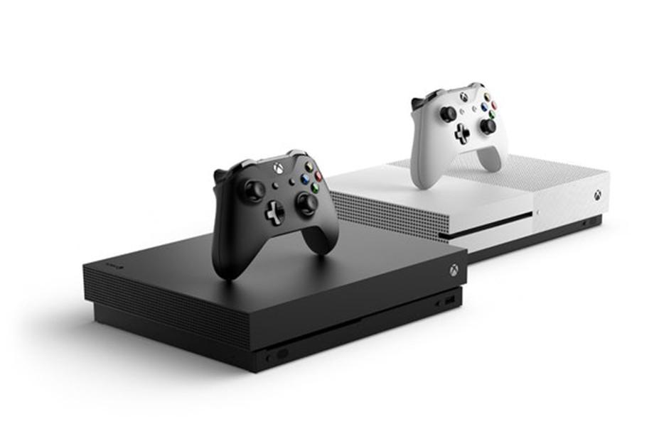 Xbox Series X рядом с Xbox One S