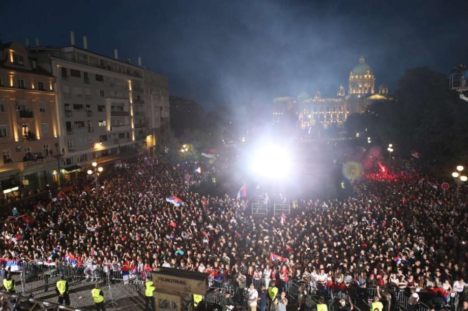 Болельщики встречают сборной Сербии на площади Белграда
