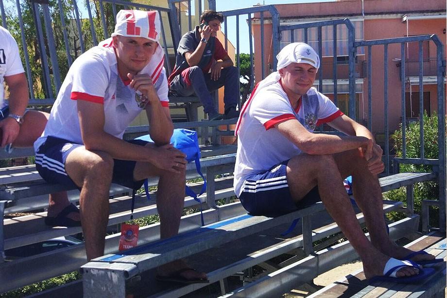Виктор и Николай Крышановы следят за игрой Испании и Польши