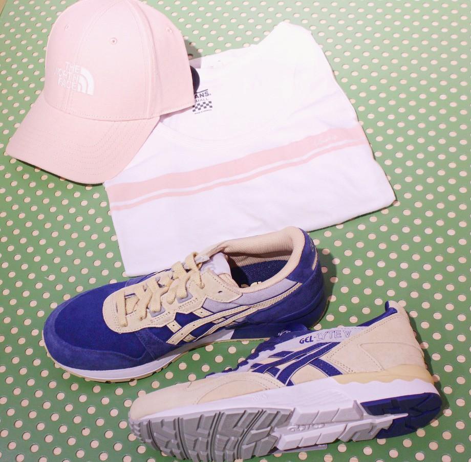 На фото: кроссовки Asics, майка Vans, кепка TheHorthFace