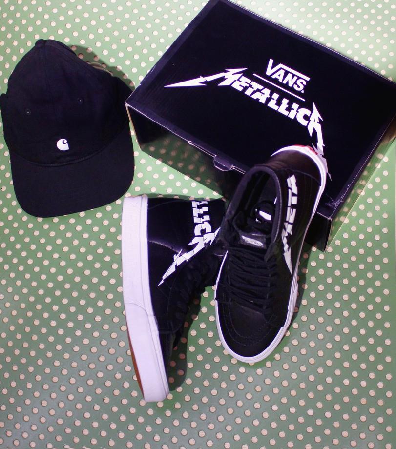 На фото: кеды Vans Metallica, кепка Carhartt