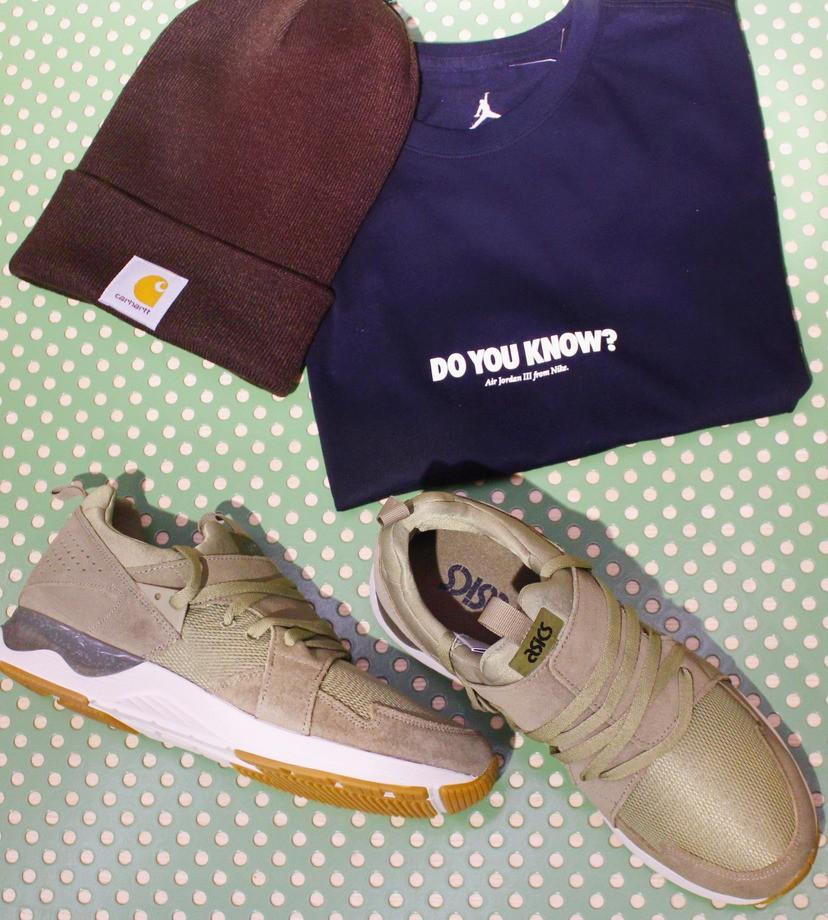 На фото: кроссовки Asics, футболка Jordan, шапка Carhartt
