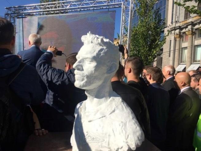 В Санкт-Петербурге открыли бюст Данни на Манежной площади