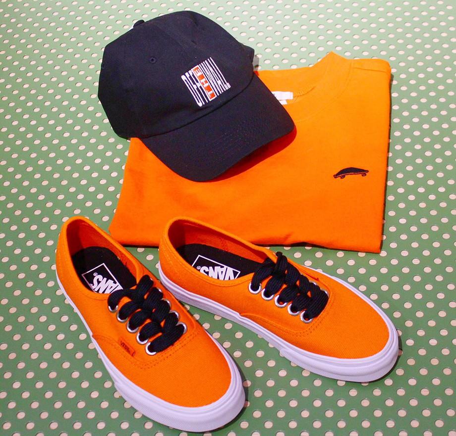 На фото: кроссовки, футболка, кепка – Vans