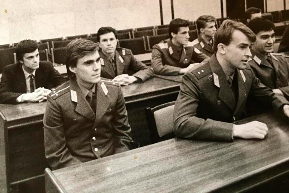 Старший лейтенант Михаил Колесников (слева на переднем плане)