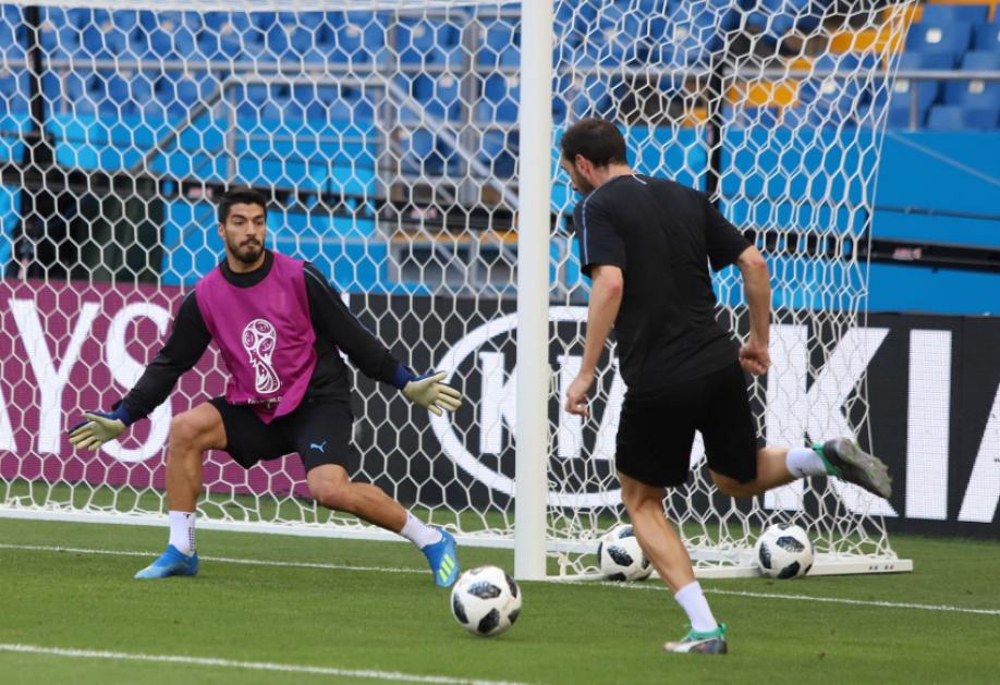 Суарес попробовал себя в качестве вратаря на тренировке сборной Уругвая