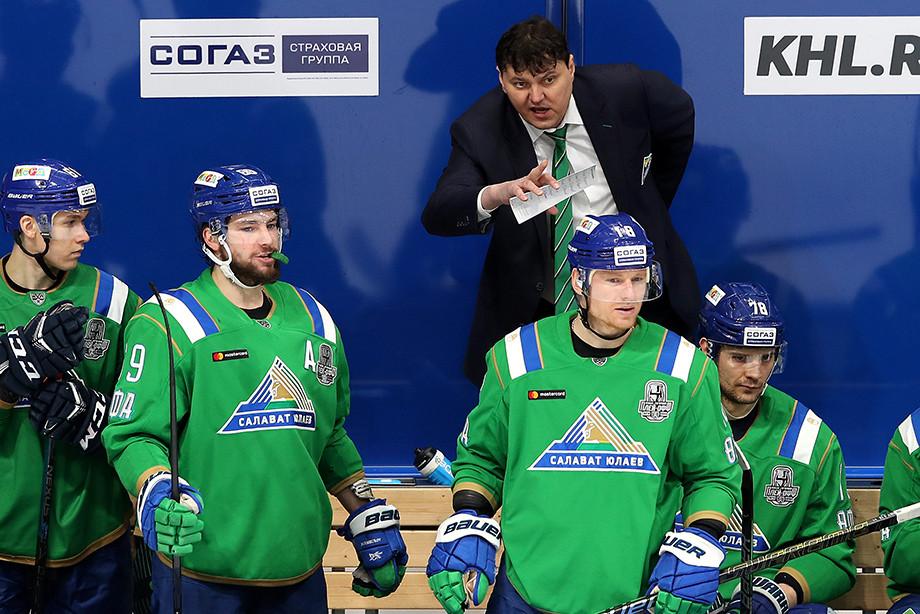 Николай Цулыгин (на заднем плане)