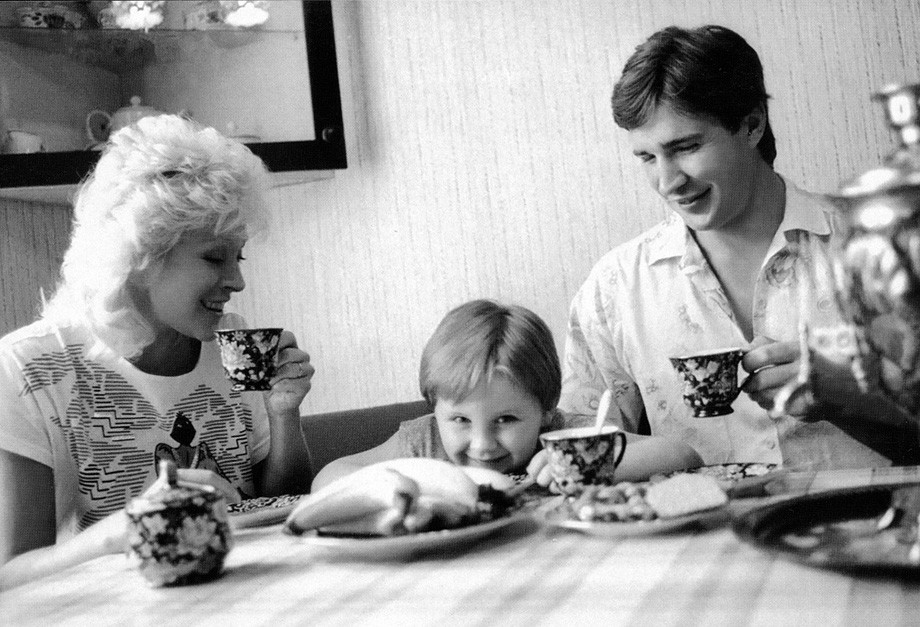 Алексей Касатонов с женой и сыном за обеденным столом
