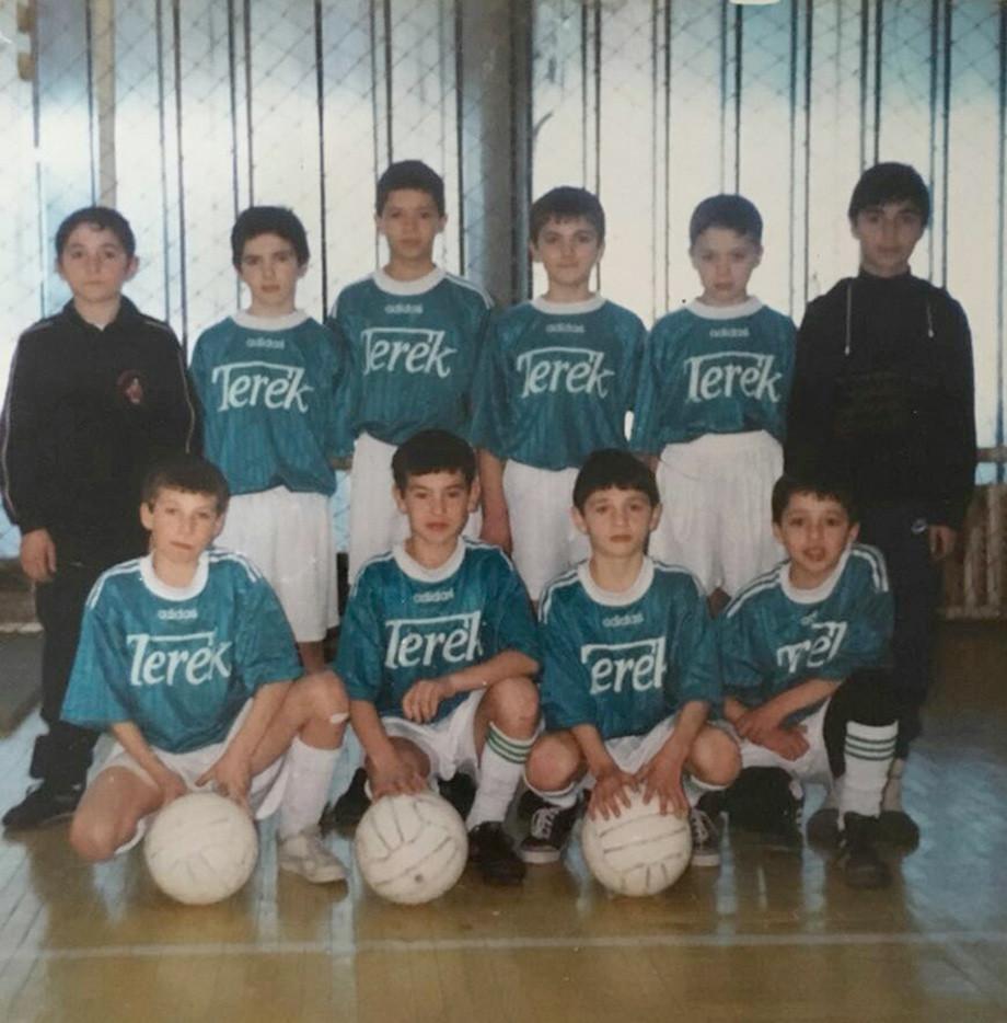 Алан Дзагоев в нижнем ряду второй справа.