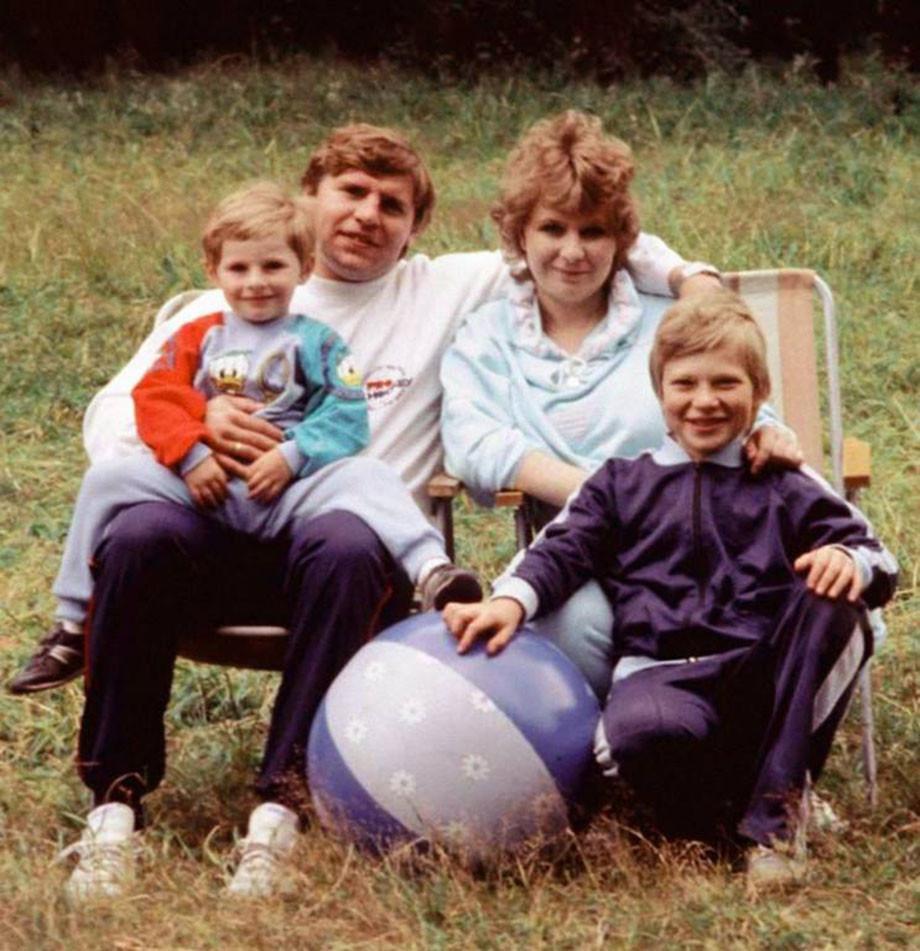 Владимир Крутов с женой и детьми Денисом и Алексеем