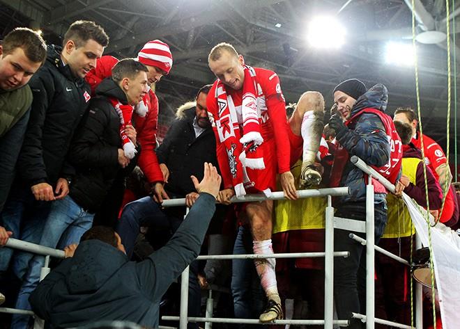 Денис Глушаков с болельщиками