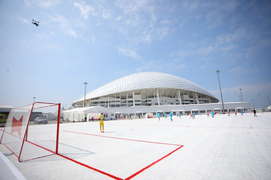 Футбольное поле из пластиковых стаканчиков в Сочи