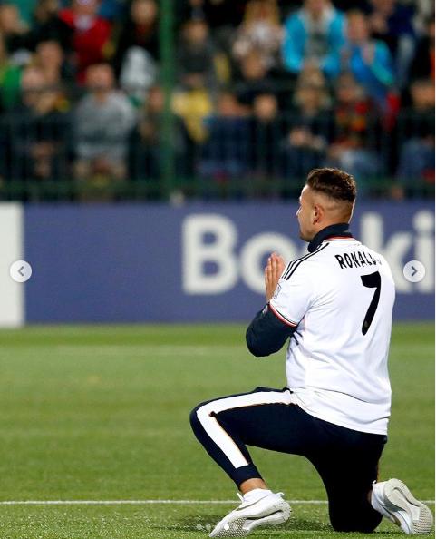 Болельщик выбежал на поле и встал на колени перед Роналду, попросив селфи