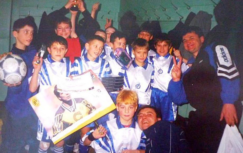 Александр Ерохин – по центру с рыжими волосами, справа от него отец.