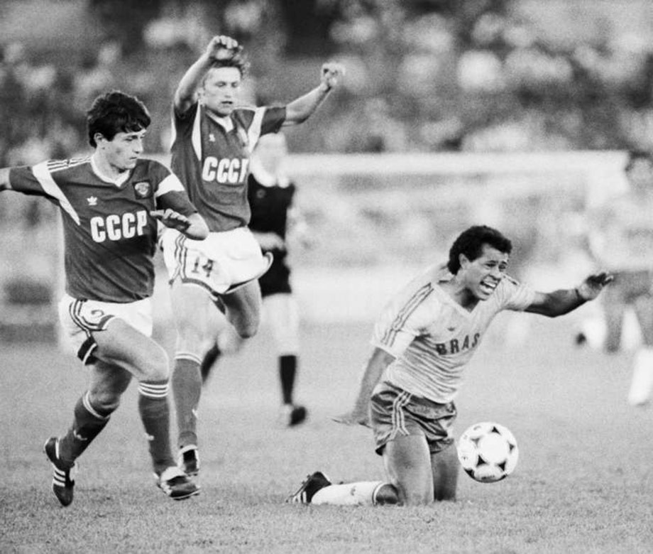Финал Олимпиады-1988. СССР — Бразилия. Через несколько секунд Татарчук получит вторую карточку…